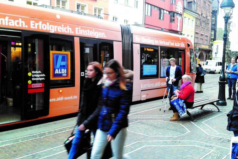 Urbos freiburg Aldi-Werbung auf Straßenbahn