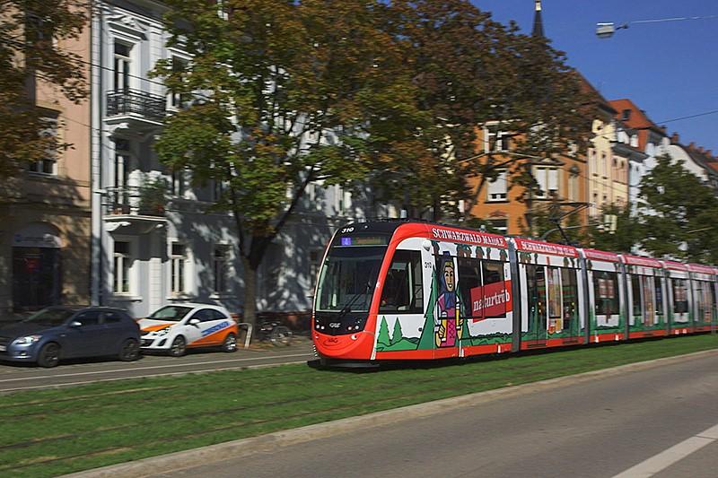 Werbung auf einer Straßenbahn