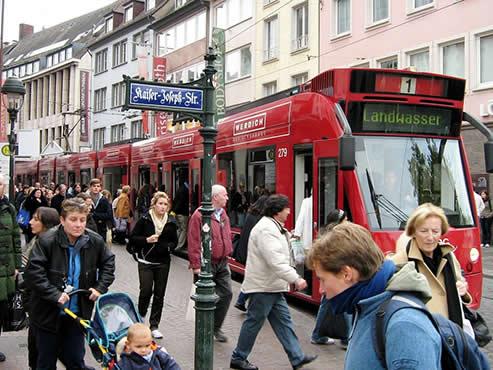 Werbung auf Straßenbahn in Freiburger Innenstadt