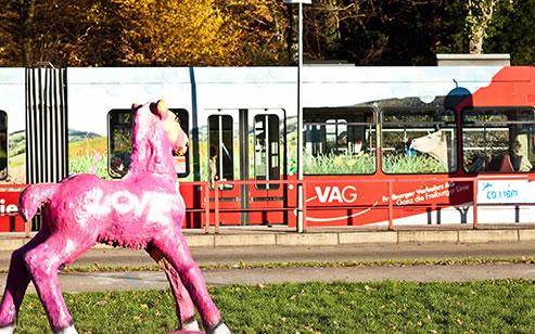 Seitenansicht Straßenbahn VAG, im Vordergrund Holbeimpferd