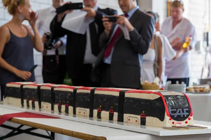 Modell der Straßenbahn Urbos als Kuchen zur Begrüßung in Freiburg