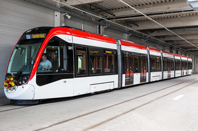 Die erste Fahrt der neuen Urbos-Straßenbahn der VAG Freiburg
