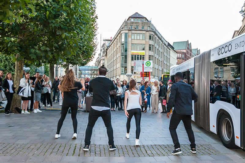 Dance-Einlage von Team Recycled vor dem ECCO-Store Hamburg