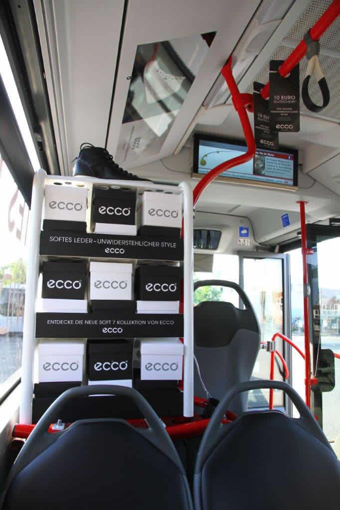 Regal mit Schuhkartons und Schuhen im VHH-Bus