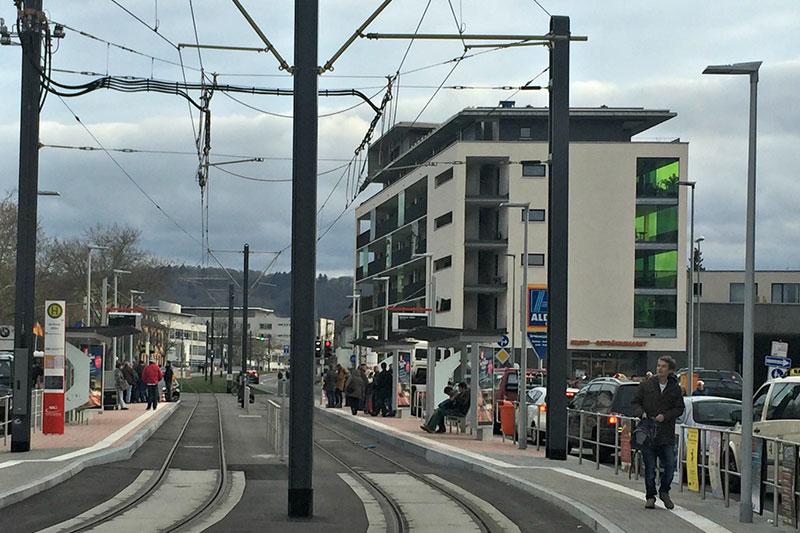 Schiffmann Fahrgastunterstand S-Line an der neuen Linie 4, Haltestelle Berliner Allee, Seitenansicht