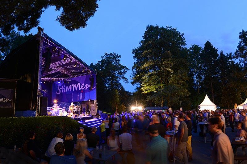 Rosenfelspark Lörrach nachts mit Publikum beim Stimmen Festival