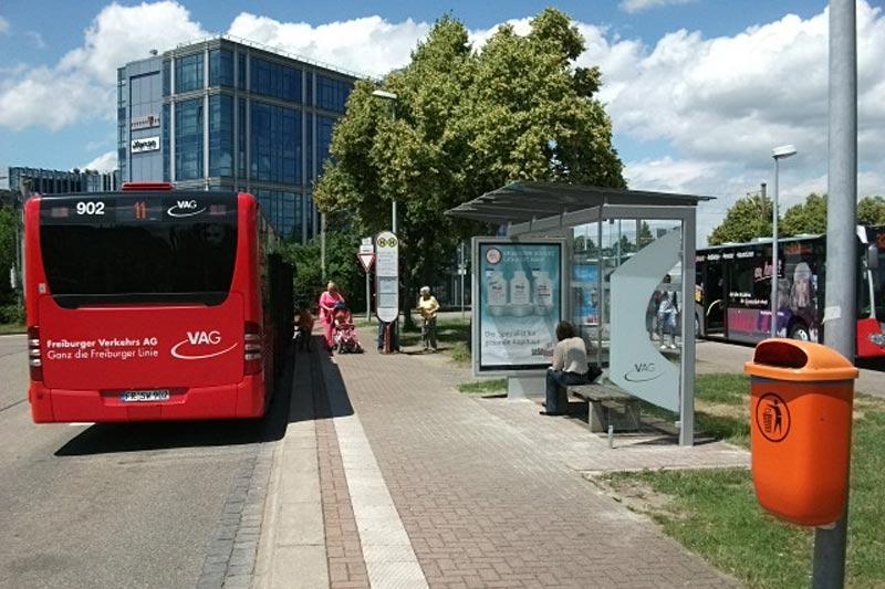 roter Bus neben Fahrgastunterstand in Freiburg