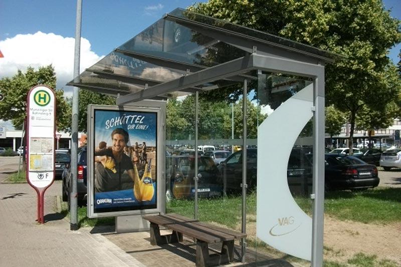Fahrgastunterstand Freiburg mit Orangina-Werbung