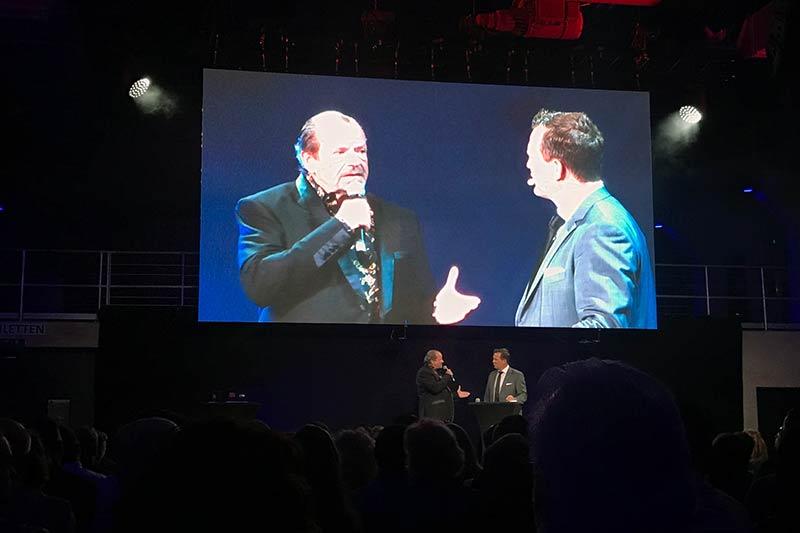 Bühnenfoto mit Veranstalter und Gastgeber Thomas Assenmacher