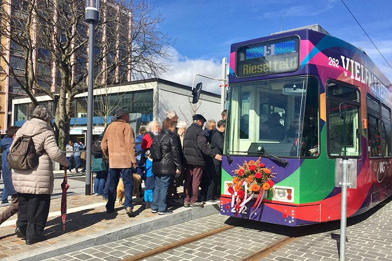 Neue Linie 5 in Freiburg: Straßenbahn mit Blumenschmuck