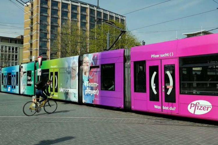 Werbung von Pfizer auf vollständig gestalteter Straßenbahn in Freiburg