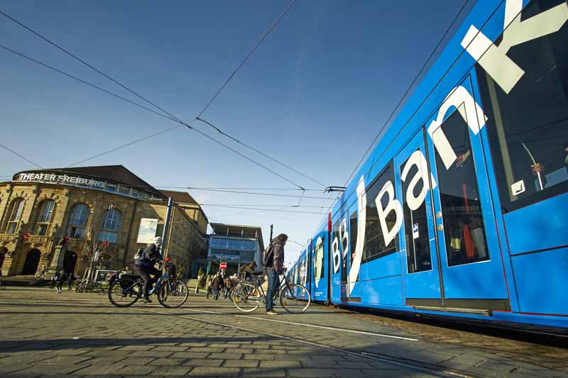 Straßenbahn mit Werbung der BB Bank in Freiburg  Nähe Stadttheater