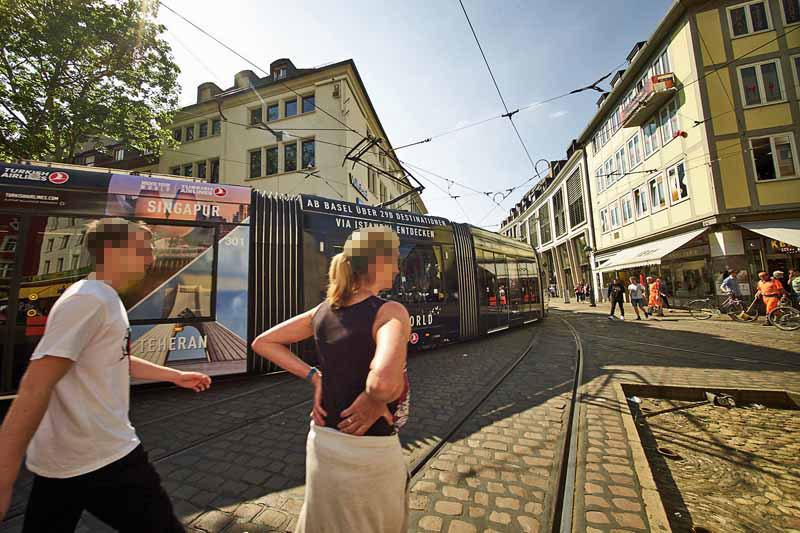 Straßenbahn mit Werbung in Freiburg