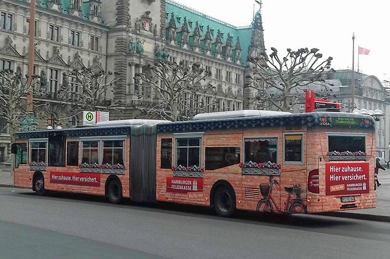 Nahverkehrsbus mit Werbung in Hamburg