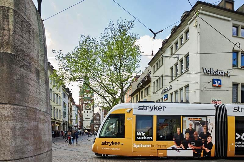 Straßenbahn mit Ganzgestaltung Werbung Stryker