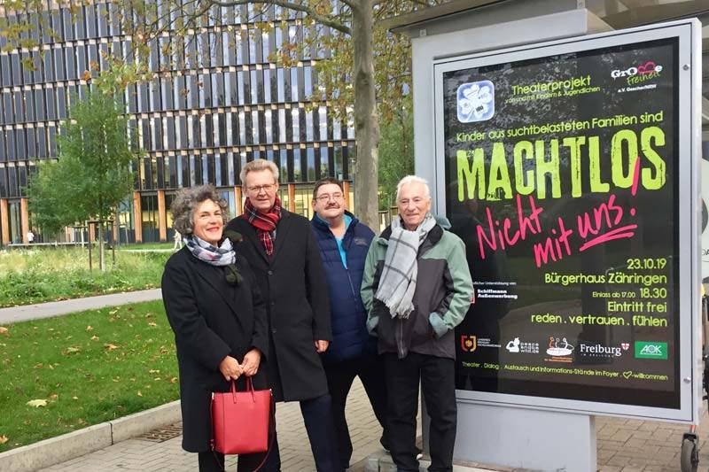 CLP-Plakat vom Theaterprojekt Machtlos mit 4 Personen im Vordergrund