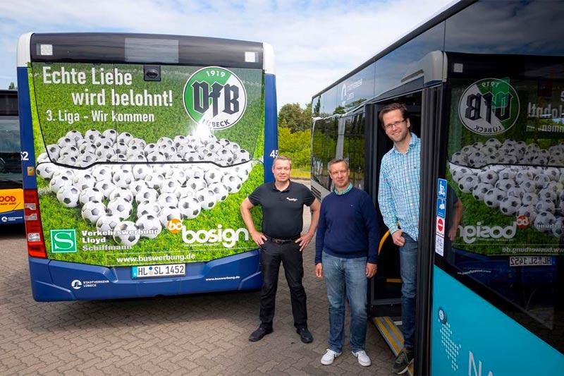 v.l.: Carsten Boock (Bosign Folientechnik), Frank Peters (Lloyd Schiffmann Verkehrswerbung) und Florian Moeller (VfB Lübeck) – Foto: 54 GRAD