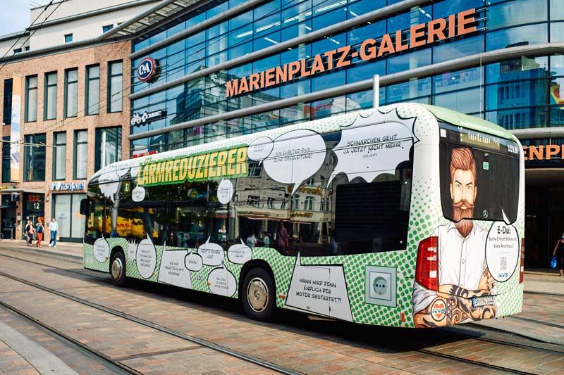 Bus mit GanzgestaltungDer verkehrsmittelwerbung in Schwerin