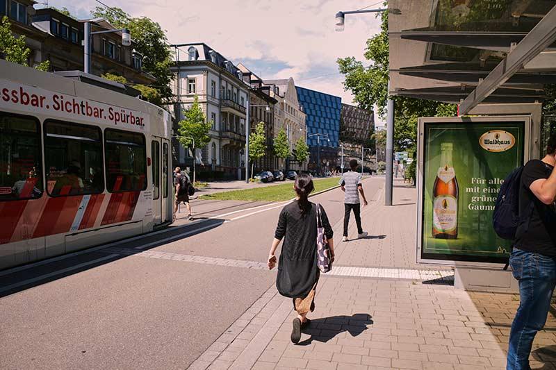 Straßenbahn und Fahrgastunterstand in Freiburg im Breisgau