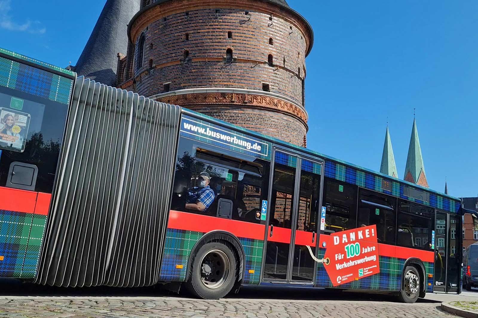 Buswerbung auf dem Jubiläumsbus in Lübeck